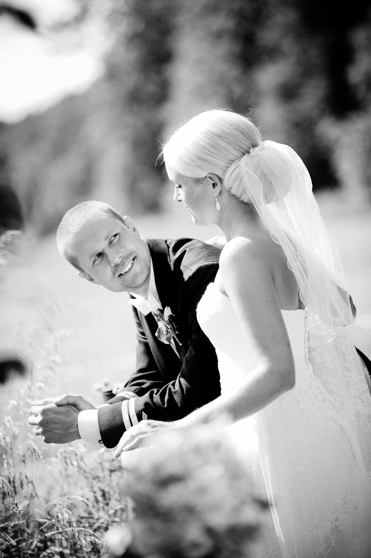 Over 100 bryllupper og de bedste anmeldelser, er jeres garanti for kvalitets minder, og en rigtig god oplevelse, mens vi fotograferer alle de stemningsfyldte øjeblikke.