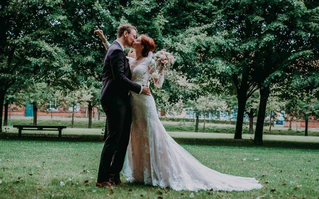 Bryllupsfotograf knipser rundt om brudeparret
